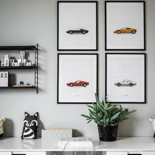 Bild på ett mellanstort funkis pojkrum kombinerat med skrivbord och för 4-10-åringar, med grå väggar