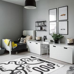 Inspiration för ett mellanstort funkis pojkrum kombinerat med sovrum och för 4-10-åringar, med grå väggar och ljust trägolv