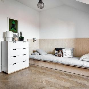 Skandinavisk inredning av ett stort könsneutralt tonårsrum kombinerat med sovrum, med vita väggar och ljust trägolv