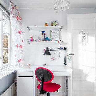 Foto på ett litet vintage flickrum kombinerat med skrivbord och för 4-10-åringar, med vita väggar