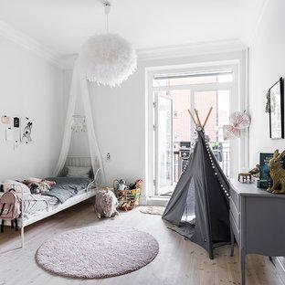 Exempel på ett stort minimalistiskt flickrum kombinerat med sovrum och för 4-10-åringar, med vita väggar