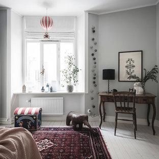 Skandinavisk inredning av ett flickrum kombinerat med skrivbord och för 4-10-åringar, med grå väggar, målat trägolv och vitt golv
