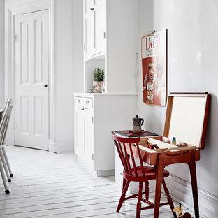 Idéer för att renovera ett mellanstort nordiskt könsneutralt småbarnsrum kombinerat med lekrum, med vita väggar, målat trägolv och vitt golv