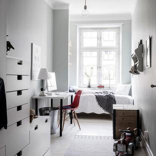 Foto på ett litet skandinaviskt pojkrum kombinerat med sovrum och för 4-10-åringar, med ljust trägolv, grå väggar och vitt golv