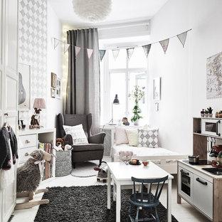 Bild på ett mellanstort nordiskt könsneutralt småbarnsrum kombinerat med sovrum, med vita väggar och målat trägolv