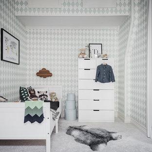 Idéer för skandinaviska könsneutrala barnrum kombinerat med sovrum, med gröna väggar, heltäckningsmatta och grått golv