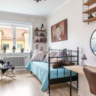 Idéer för mellanstora eklektiska barnrum kombinerat med sovrum, med beige väggar och ljust trägolv