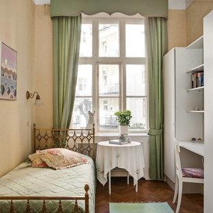 Bild på ett vintage flickrum, med mellanmörkt trägolv och beige väggar