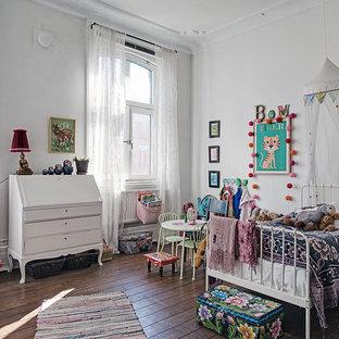 Inspiration för ett mellanstort eklektiskt könsneutralt barnrum, med vita väggar och mörkt trägolv