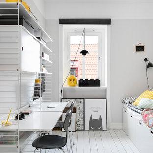Inredning av ett minimalistiskt pojkrum kombinerat med sovrum och för 4-10-åringar, med vita väggar, målat trägolv och vitt golv