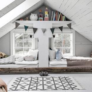 На фото: нейтральная детская среднего размера в скандинавском стиле с спальным местом, серыми стенами, деревянным полом и белым полом для ребенка от 4 до 10 лет