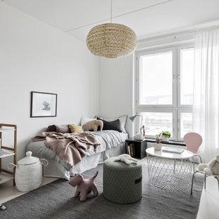 Exempel på ett mellanstort nordiskt flickrum kombinerat med sovrum och för 4-10-åringar, med vita väggar och beiget golv
