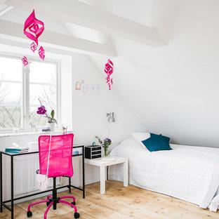 Foto på ett mellanstort funkis barnrum kombinerat med sovrum, med vita väggar, ljust trägolv och beiget golv
