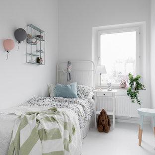 Nordisk inredning av ett mellanstort flickrum, med vita väggar, målat trägolv och vitt golv