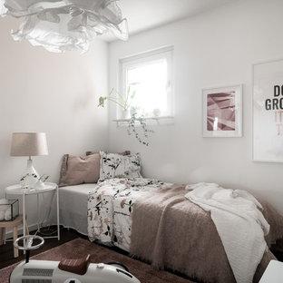 Idéer för mellanstora nordiska könsneutrala barnrum kombinerat med sovrum och för 4-10-åringar, med vita väggar, mörkt trägolv och brunt golv