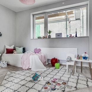 Idéer för ett nordiskt barnrum kombinerat med sovrum, med grå väggar och beiget golv