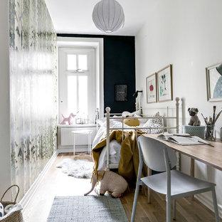 Inspiration för skandinaviska flickrum kombinerat med sovrum och för 4-10-åringar, med vita väggar, ljust trägolv och beiget golv
