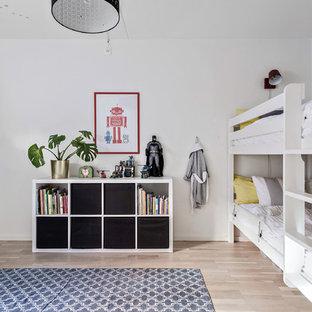 Inredning av ett nordiskt barnrum kombinerat med sovrum, med vita väggar, ljust trägolv och beiget golv