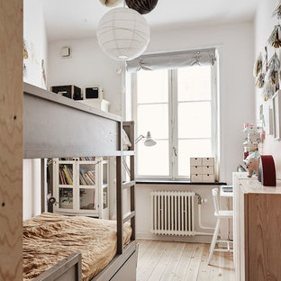 Foto på ett litet skandinaviskt könsneutralt barnrum kombinerat med sovrum och för 4-10-åringar, med vita väggar, ljust trägolv och beiget golv