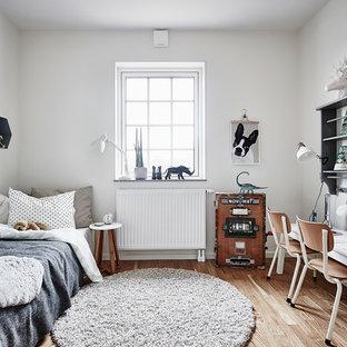 Inspiration för mellanstora skandinaviska pojkrum, med vita väggar och ljust trägolv