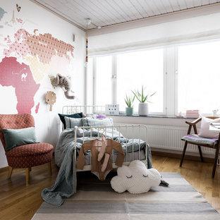 Idéer för att renovera ett mellanstort skandinaviskt flickrum för 4-10-åringar, med flerfärgade väggar, ljust trägolv och brunt golv