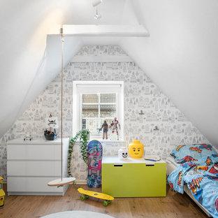 Idéer för att renovera ett mellanstort minimalistiskt pojkrum kombinerat med sovrum, med vita väggar