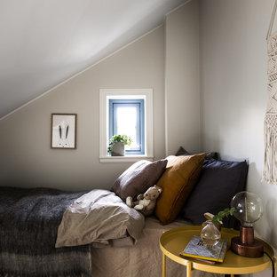 Inspiration för ett stort skandinaviskt pojkrum kombinerat med sovrum, med grå väggar