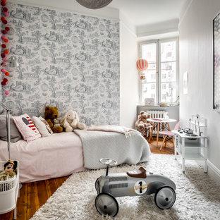 Foto på ett nordiskt flickrum kombinerat med sovrum och för 4-10-åringar, med flerfärgade väggar, mellanmörkt trägolv och brunt golv
