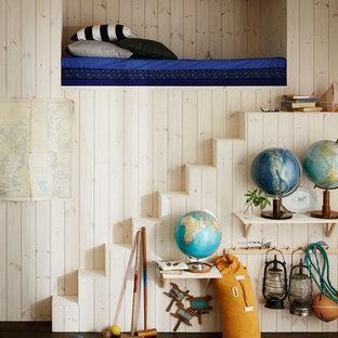 Exempel på ett mellanstort eklektiskt pojkrum kombinerat med sovrum och för 4-10-åringar, med beige väggar och mörkt trägolv