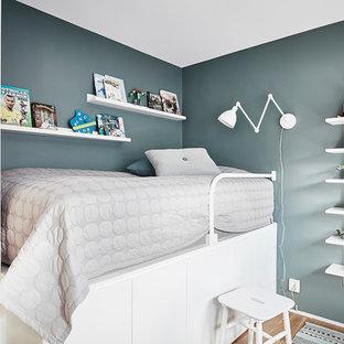 Idéer för små nordiska pojkrum kombinerat med sovrum och för 4-10-åringar, med gröna väggar, mellanmörkt trägolv och brunt golv