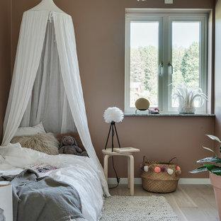 Idéer för att renovera ett litet nordiskt flickrum kombinerat med sovrum och för 4-10-åringar, med bruna väggar, ljust trägolv och beiget golv