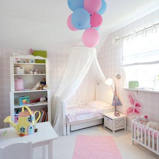 Idéer för att renovera ett mellanstort vintage flickrum, med rosa väggar och målat trägolv
