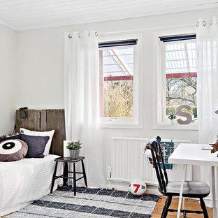 Idéer för mellanstora minimalistiska pojkrum kombinerat med sovrum och för 4-10-åringar, med vita väggar och ljust trägolv