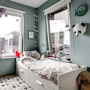 Eklektisk inredning av ett mellanstort könsneutralt barnrum kombinerat med sovrum och för 4-10-åringar, med grå väggar
