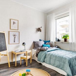 Inspiration för mellanstora nordiska pojkrum kombinerat med sovrum och för 4-10-åringar, med beige väggar, mörkt trägolv och brunt golv