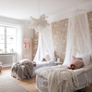 Idéer för att renovera ett minimalistiskt barnrum kombinerat med sovrum, med bruna väggar, ljust trägolv och brunt golv