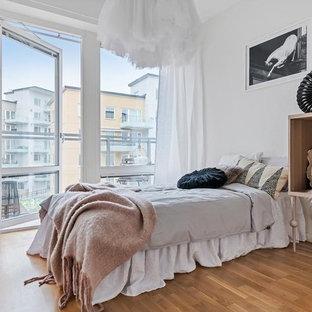Idéer för mellanstora minimalistiska flickrum, med vita väggar och mellanmörkt trägolv