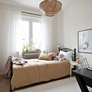 Inspiration för nordiska flickrum kombinerat med sovrum och för 4-10-åringar, med vita väggar, ljust trägolv och beiget golv