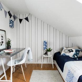 Inspiration för ett mellanstort minimalistiskt barnrum kombinerat med sovrum, med vita väggar och mellanmörkt trägolv