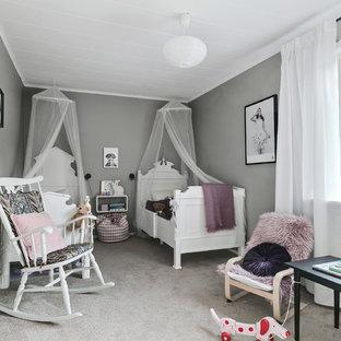 Idéer för mellanstora minimalistiska barnrum, med grå väggar, heltäckningsmatta och grått golv