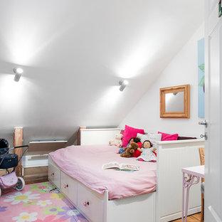 Inspiration för ett mellanstort nordiskt flickrum kombinerat med sovrum och för 4-10-åringar, med vita väggar och mellanmörkt trägolv
