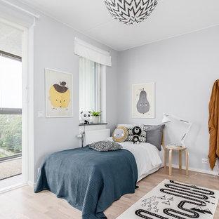 Idéer för mellanstora skandinaviska pojkrum för 4-10-åringar, med grå väggar och ljust trägolv