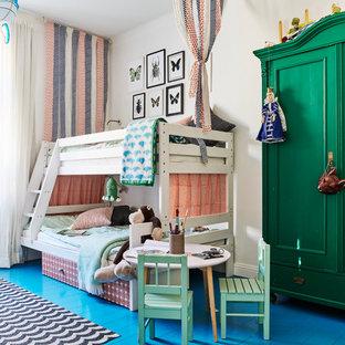 Idéer för ett mellanstort minimalistiskt könsneutralt barnrum kombinerat med sovrum och för 4-10-åringar, med vita väggar, målat trägolv och blått golv