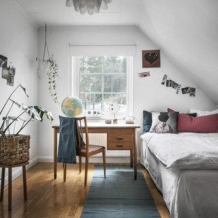 Idéer för skandinaviska barnrum, med grå väggar, mellanmörkt trägolv och brunt golv