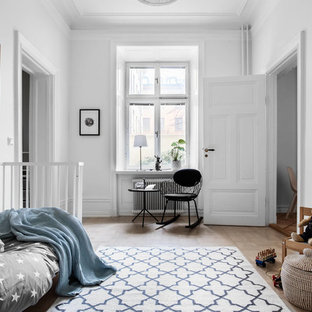 Idéer för att renovera ett mellanstort skandinaviskt barnrum, med vita väggar, ljust trägolv och beiget golv