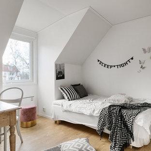 Idéer för ett mellanstort minimalistiskt barnrum, med mellanmörkt trägolv, vita väggar och beiget golv
