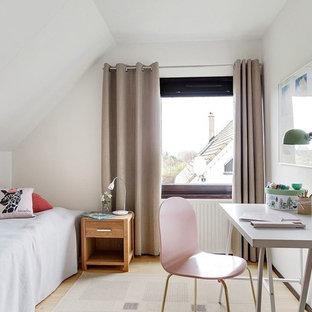 Exempel på ett minimalistiskt flickrum kombinerat med sovrum och för 4-10-åringar, med vita väggar, ljust trägolv och beiget golv