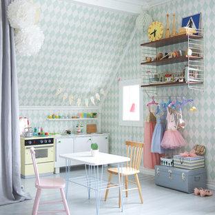 Inspiration för ett stort minimalistiskt flickrum, med flerfärgade väggar och målat trägolv