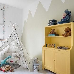 Idéer för mellanstora minimalistiska könsneutrala barnrum kombinerat med lekrum och för 4-10-åringar, med flerfärgade väggar, vitt golv och målat trägolv