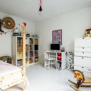 Inspiration för nordiska barnrum, med vita väggar och vitt golv